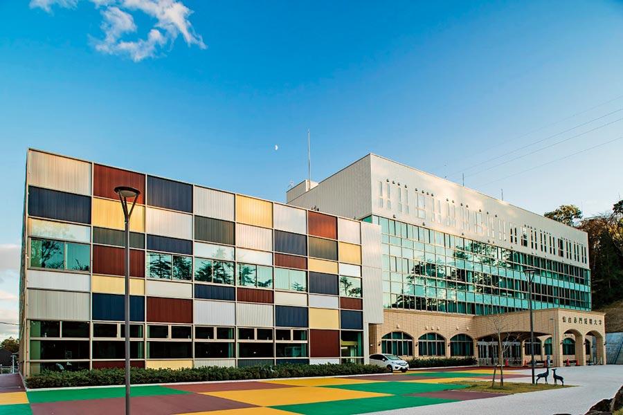 仙台赤門短期大学(宮城県仙台市)/地域に活かす新しい看護の学び舎。瀟酒で新鮮な佇まい。