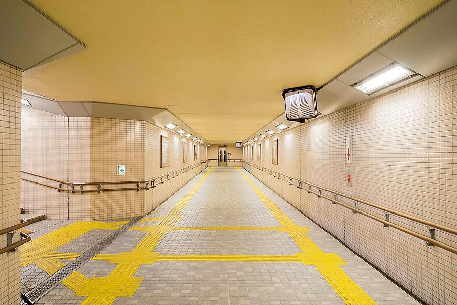 加賀野地下横断歩道(岩手県盛岡市)/エレベータ完備、渋滞緩和と安全確保のための広い地下通路。